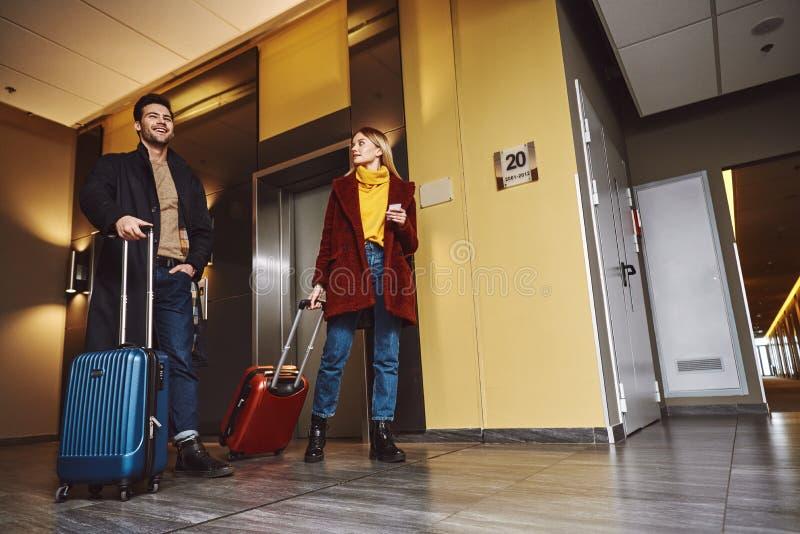最终目的地 年轻夫妇一起输入对旅馆地板 图库摄影