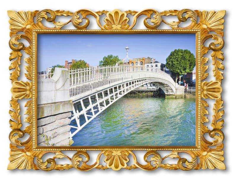 最著名的桥梁在都伯林告诉了Half便士桥梁-与一个老木多彩多姿的被雕刻的框架的概念图象 免版税库存照片