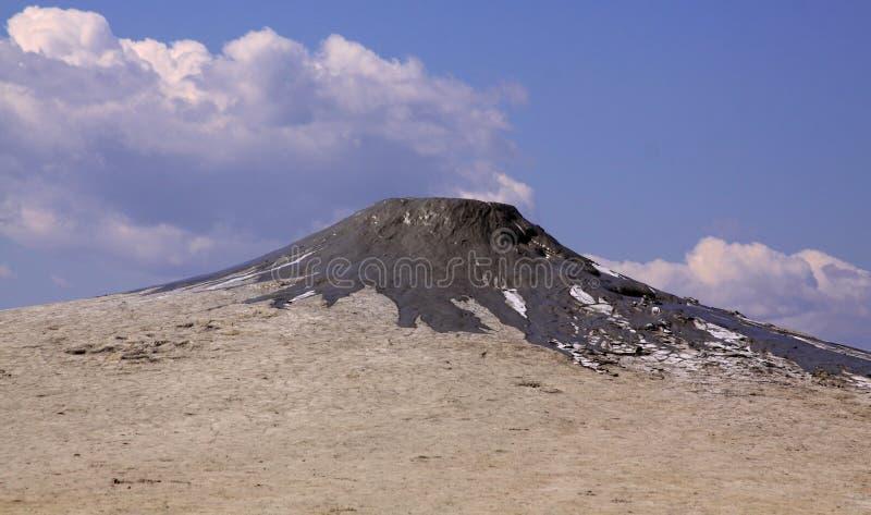 最近喷发的泥火山 库存照片
