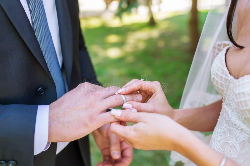 最近婚姻夫妇有婚戒的` s手 免版税库存图片