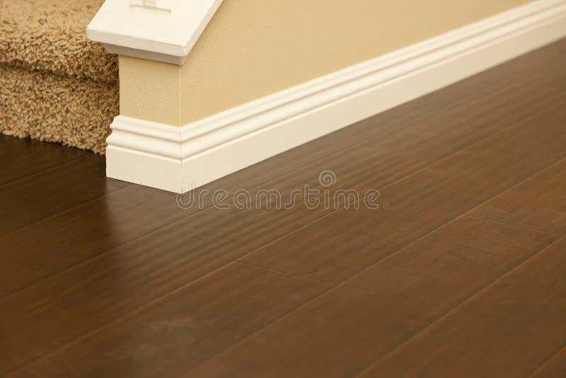 最近安装的布朗层压制品地板和护壁板在家 库存图片