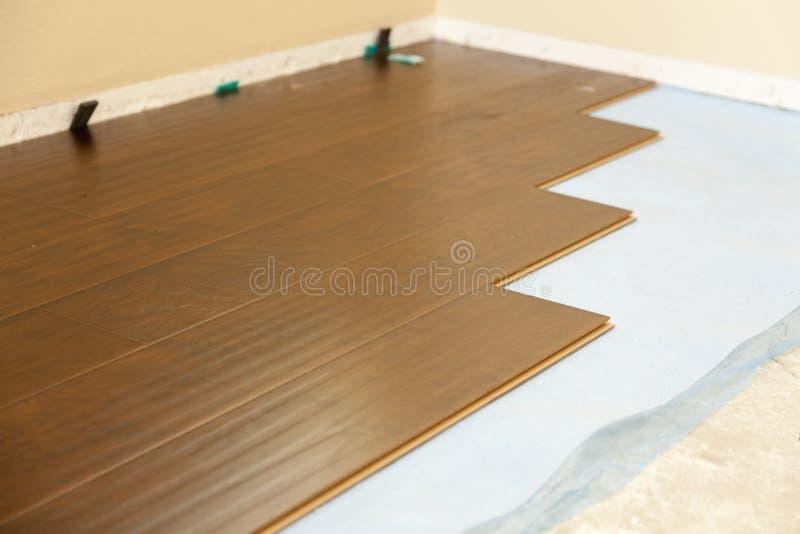 最近安装的布朗层压制品地板 库存照片