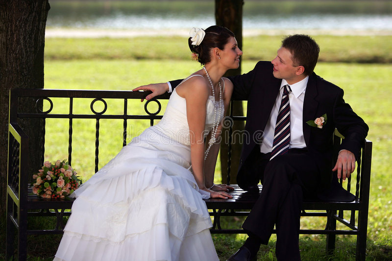 最近结婚的长凳夫妇 免版税库存照片