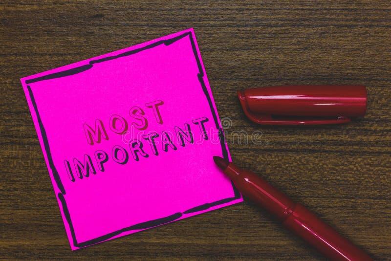 最重要手写的文本 意味最了不起或高度数量或类似物重大桃红色纸的概念重要 免版税图库摄影
