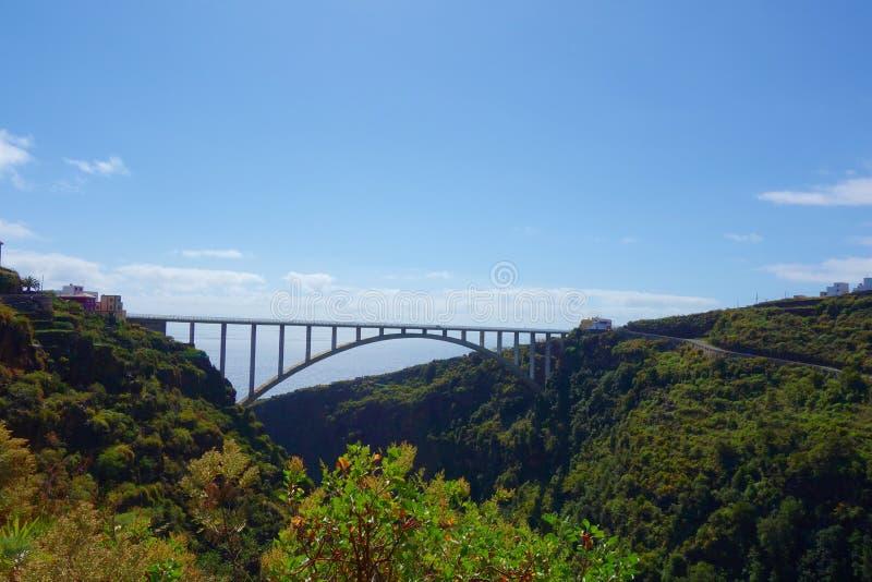 最长的唯一间距桥梁在穿过谷的欧洲导致从Los蒂洛斯岛在近加那利群岛Los调味,拉帕尔玛岛 库存图片