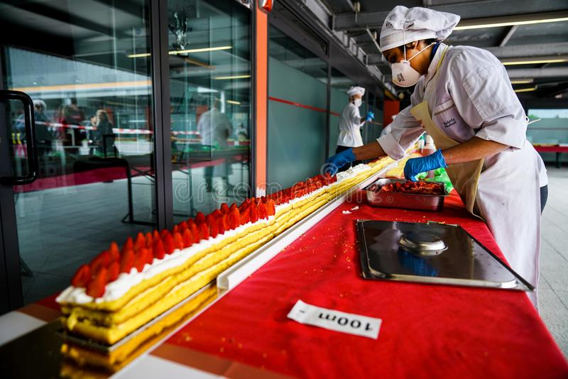最长的草莓蛋糕在世界上 免版税库存照片