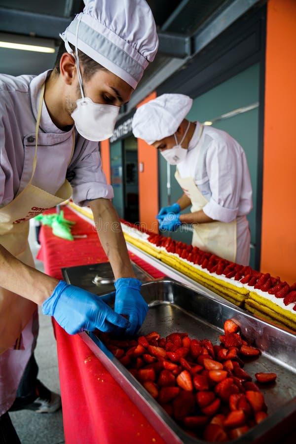 最长的草莓蛋糕在世界上 库存照片