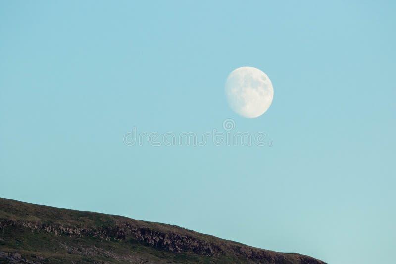 月亮…在一个多云晚上 图库摄影