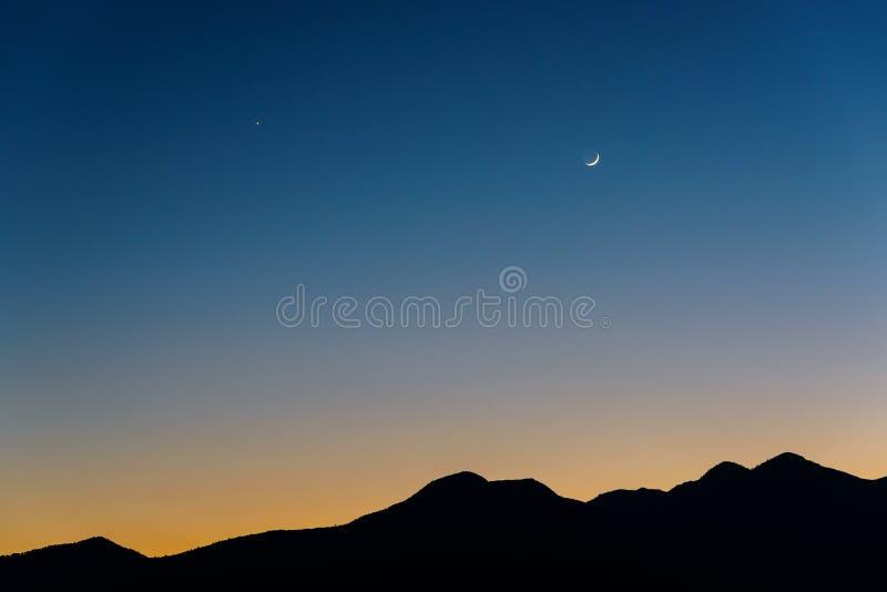 月亮、金星和土星在日落以后 库存照片