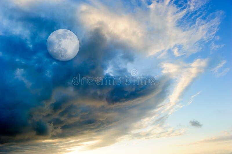月亮云彩 免版税库存图片