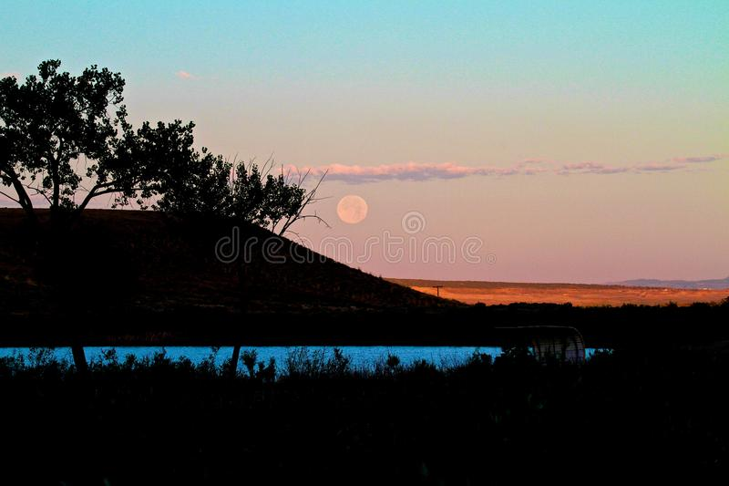 月亮和山剪影 免版税库存照片