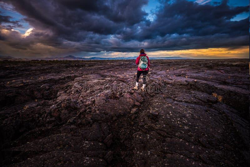 月亮国家历史文物的火山口的远足者 免版税库存图片