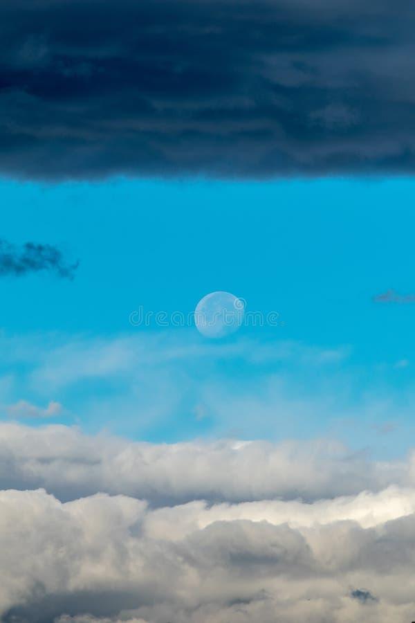 月亮在与云彩横幅的白天 免版税库存图片