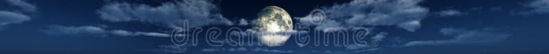 月亮在云彩全景 皇族释放例证