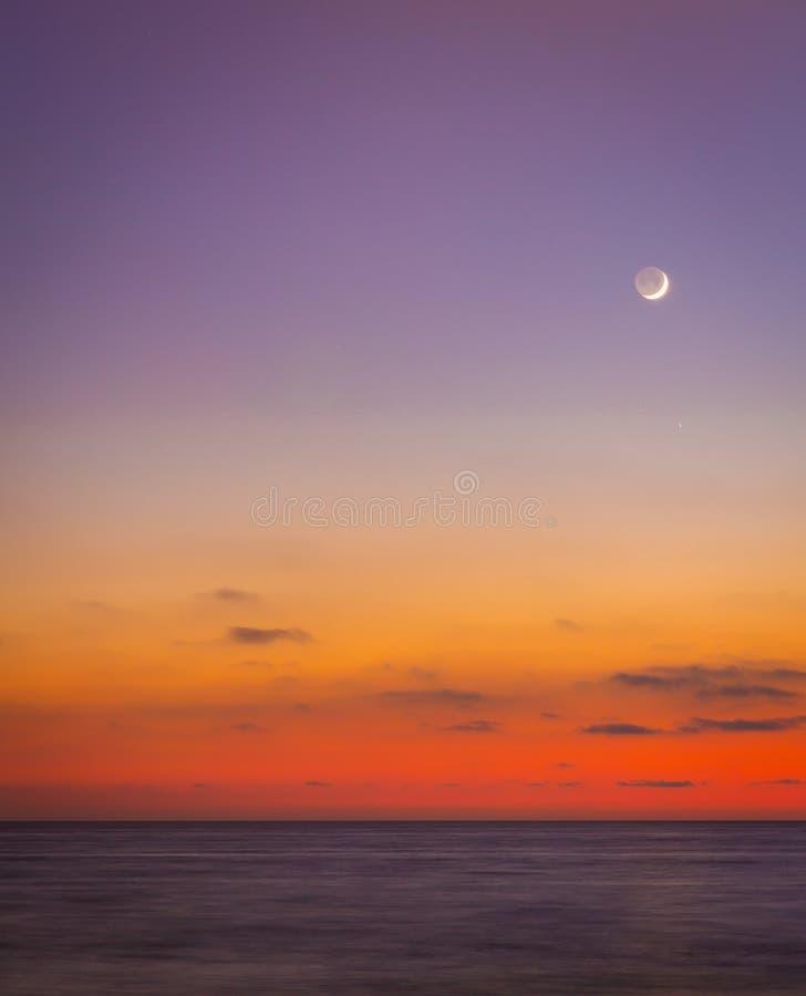 月亮在清楚的天空发光 免版税库存照片
