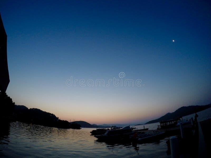 月亮在黎明 库存图片