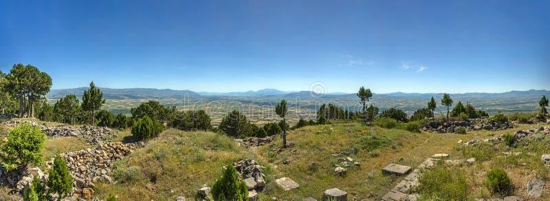 月亮寺庙的遗骸在小山顶部的在蓝天下 免版税库存照片