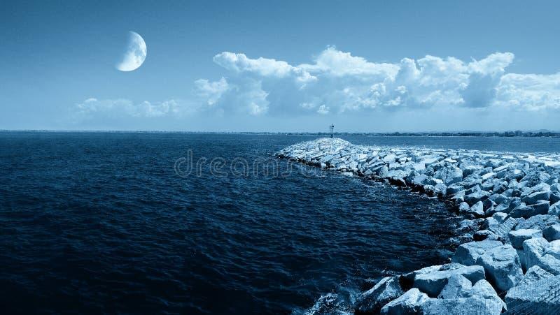 Download 月亮海洋 库存照片. 图片 包括有 室外, 蓝色, 满天星斗, 结算, 展望期, 黑暗, 本质, 午夜, 浪漫 - 22358534