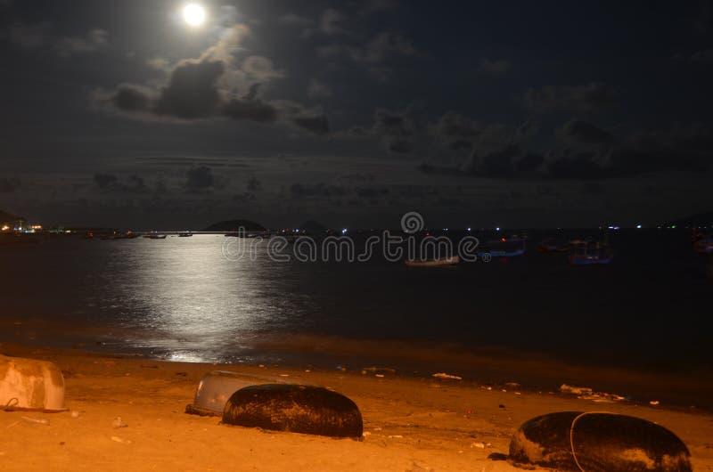 月亮ablove海 免版税库存图片