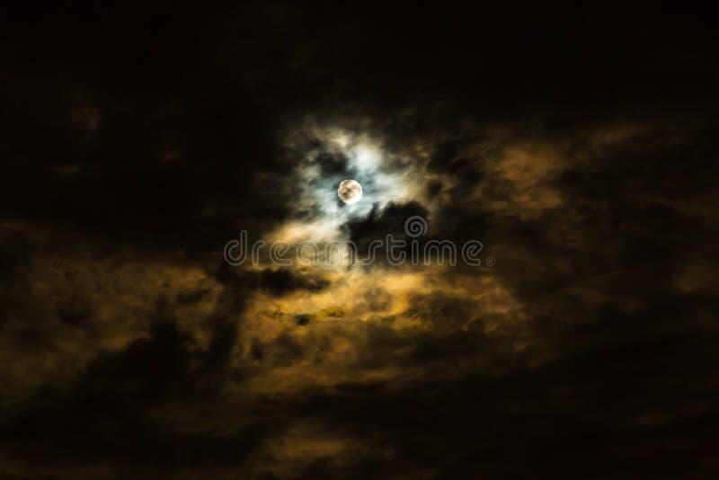 满月和云彩在风雨如磐的阴暗夜 图库摄影