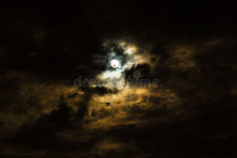 满月和云彩在风雨如磐的阴暗夜 免版税图库摄影