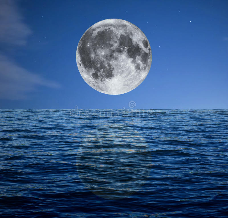 满月在海的晚上 库存照片