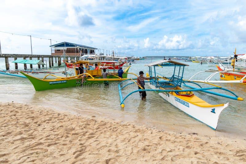 月将军口岸的,锡亚高岛,菲律宾,2019年4月27日小船等待的游人 图库摄影