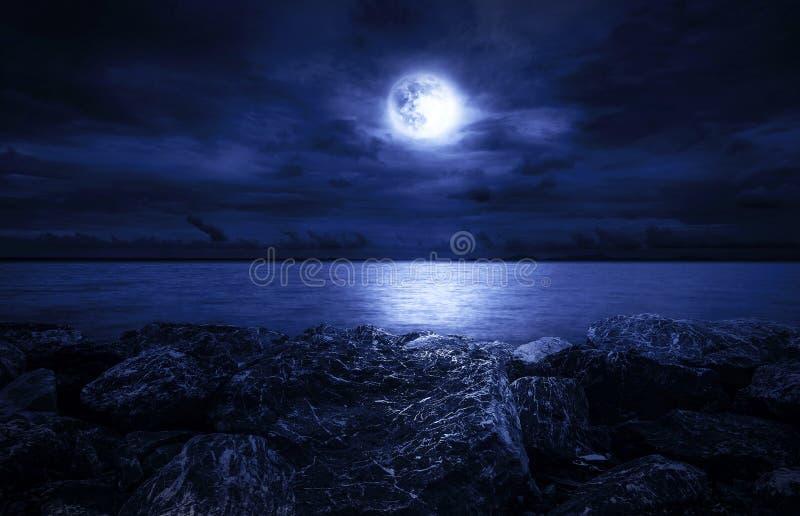满月海洋 免版税库存照片