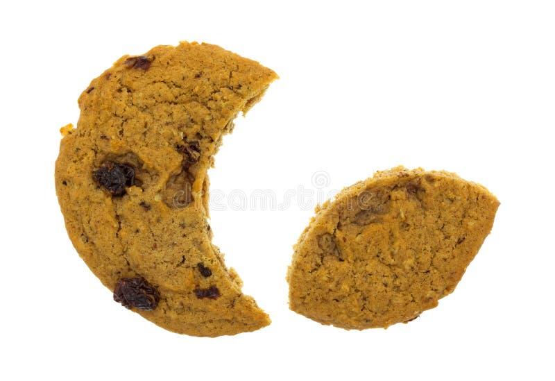 月牙切了燕麦粥吃更小的部分的葡萄干曲奇饼 免版税库存照片