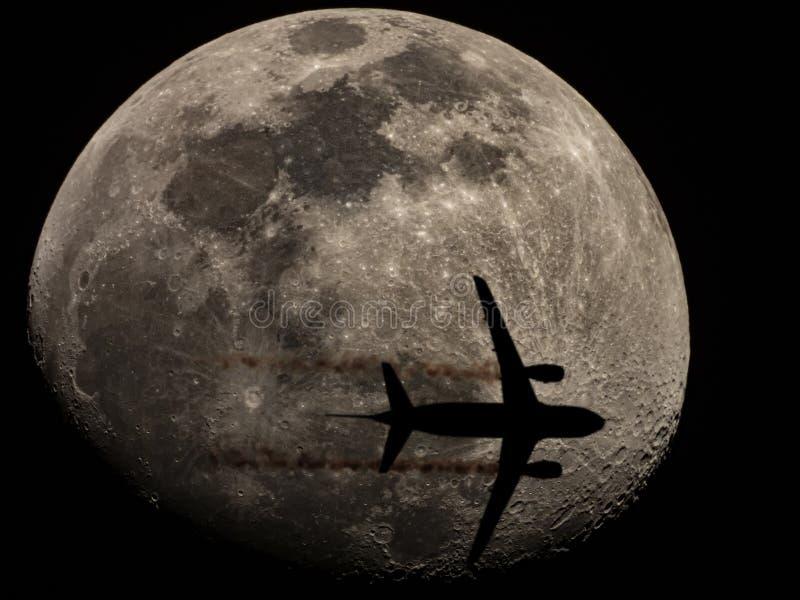 月牙月上的飞机侧影 图库摄影