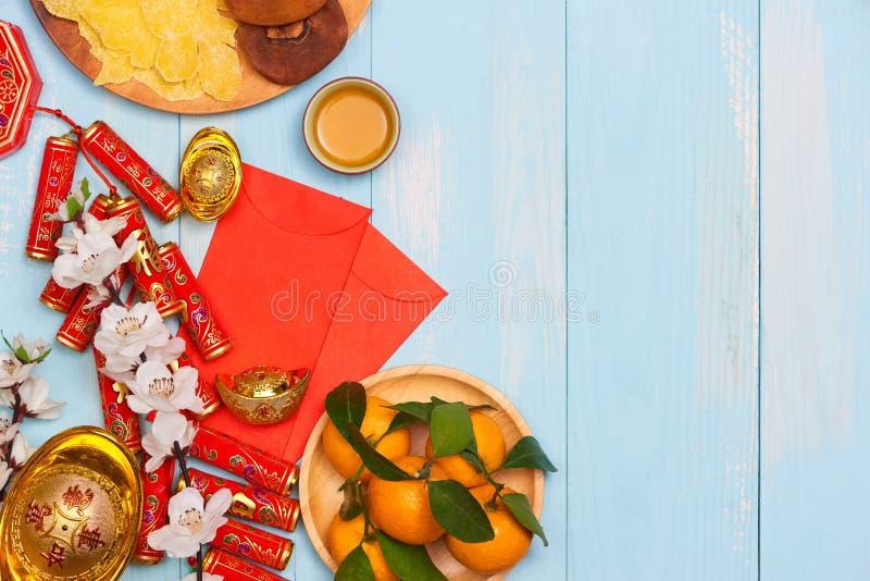 月球新年度 爆竹和中国金子锭和Traditio 免版税库存照片