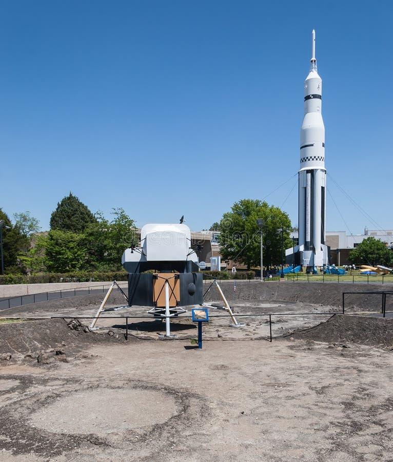 月球著陆器和土星v火箭 免版税库存照片