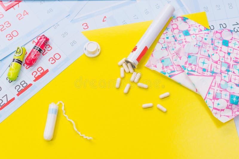 月经与标记的pms日历 月经带和棉塞,药片 概念重要天 库存图片