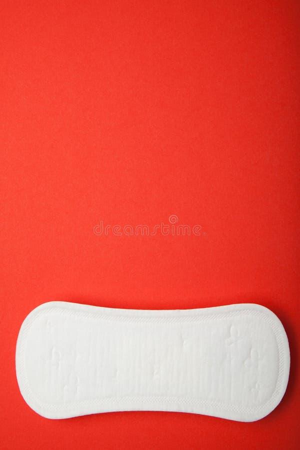 月经妇女在红色背景,拷贝空间填塞 免版税库存照片