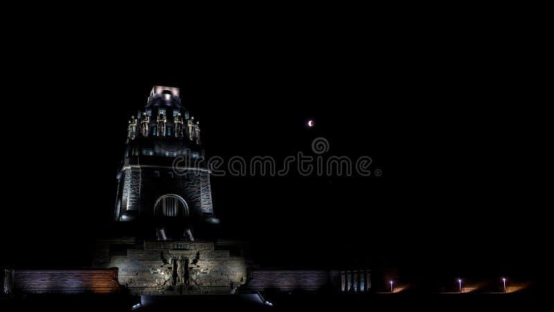 月蚀和民族大会战纪念碑在莱比锡 免版税库存照片