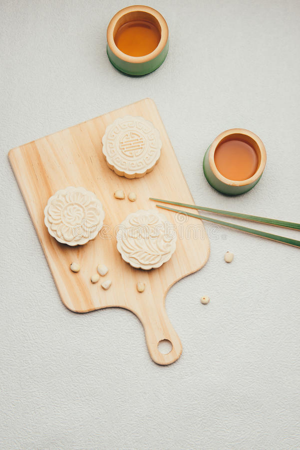 月饼和茶,中国中间秋天节日食物 角度图从上面 库存照片