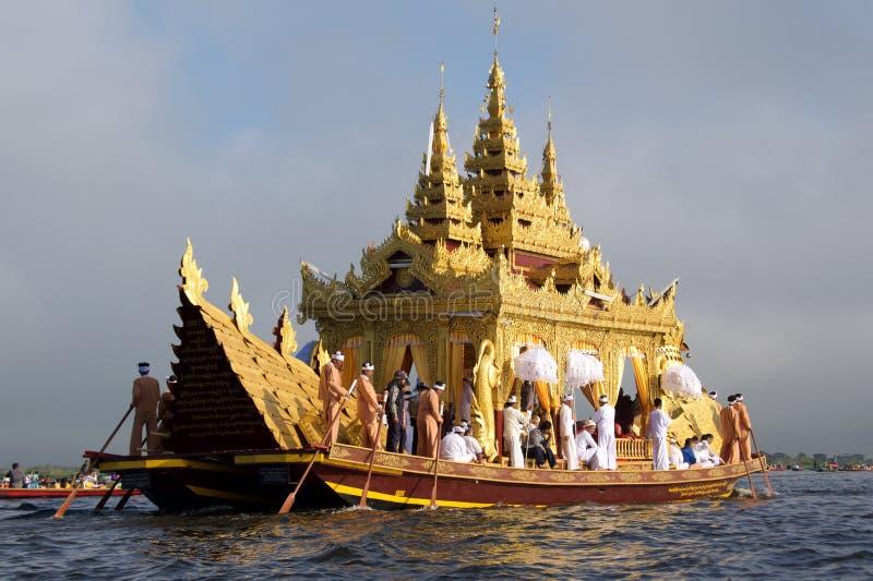 2015年10月,作为庆祝一部分的Karaweik驳船在Inle湖,缅甸的塔节日 免版税库存图片