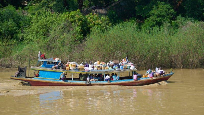 2015年10月,使用小船的乘客为在Inle湖,缅甸的运输 免版税库存照片
