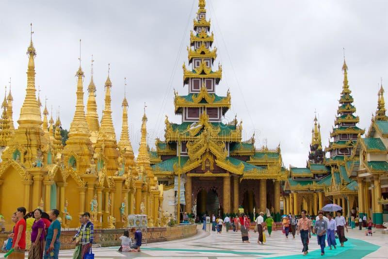 2015年10月,参观Swedagon塔的香客在仰光,缅甸 库存图片