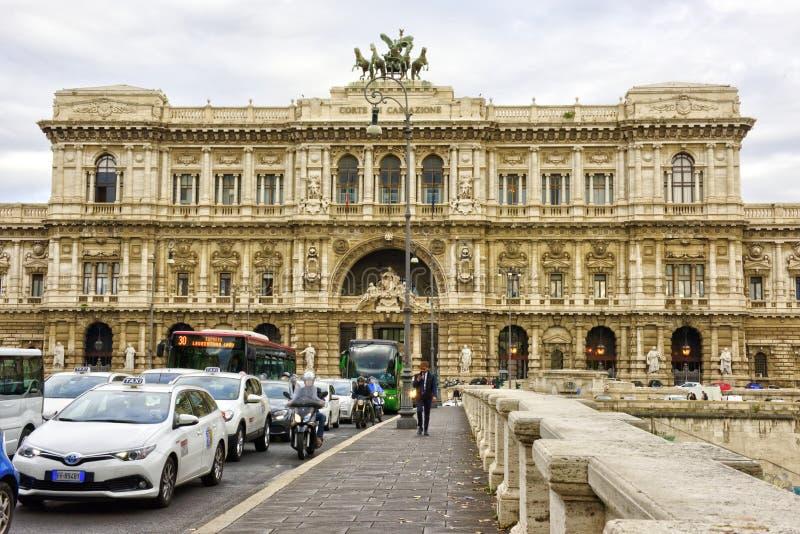10月,04个,2018年-罗马,意大利-历史大厦和建筑学细节在罗马,意大利:最高法院  库存照片