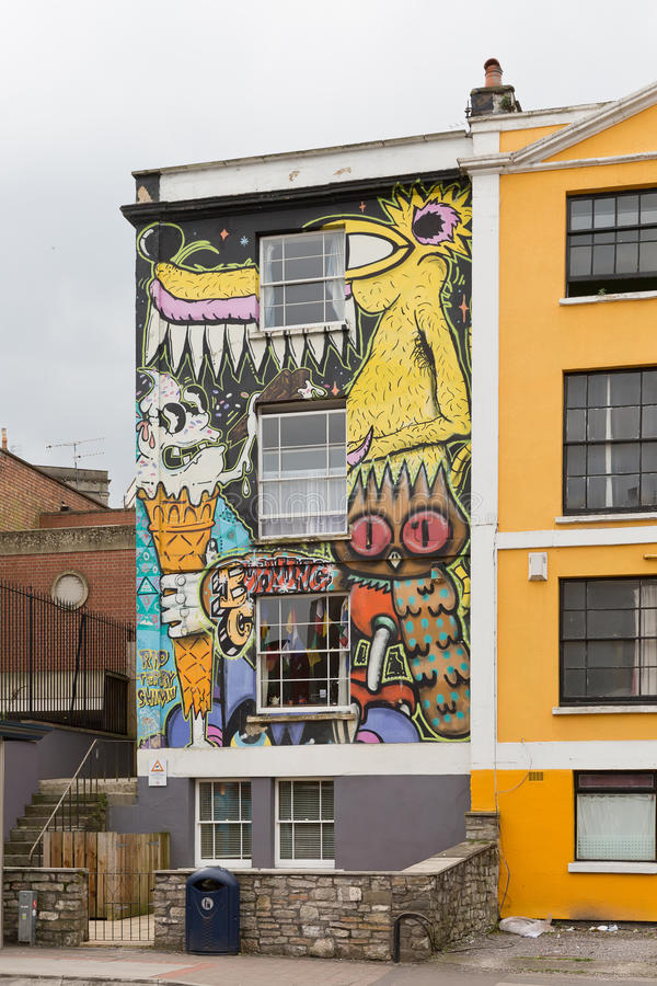 2014年4月-布里斯托尔,英国:在房子前面门面的一张街道画  库存图片