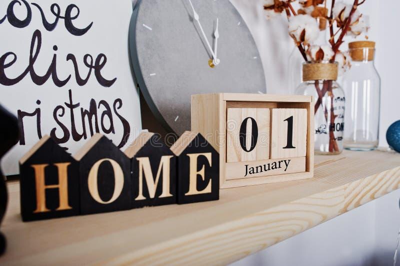 1月1日与家庭标志的木日历 节日快乐冬天 库存照片