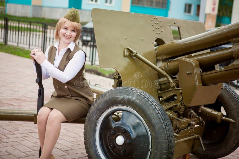5月9日假日 40争斗已经来然而荣誉称号比那里更放置内存纪念碑在通过的爱国人位置可能的战士对未知的退伍军人胜利战争几年的日永恒法西斯主义花荣耀了不起的英雄 女孩以在坦克的一种防护形式 图库摄影