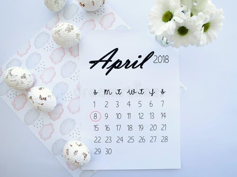 4月2018日历、复活节彩蛋和白花 免版税库存图片