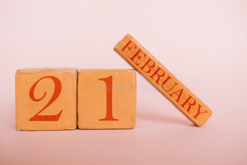 2月21日天20月,在现代颜色背景的手工制造木日历 ???????? 免版税图库摄影