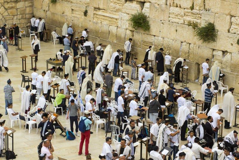 5月10日晨祷披巾和经文护符匣的2018犹太人慷慨激昂地祈祷往传统圣地在西部墙壁我 库存照片