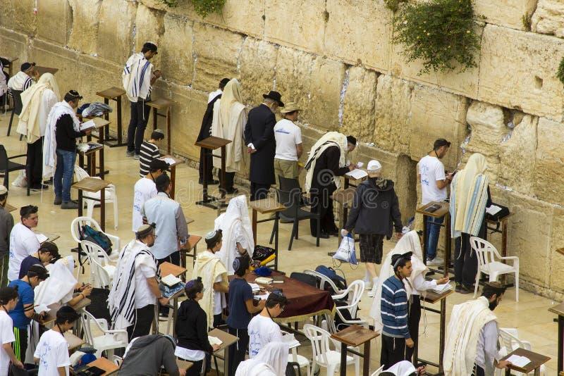 5月10日晨祷披巾和经文护符匣的2018犹太人慷慨激昂地祈祷往传统圣地在西部墙壁我 免版税库存图片