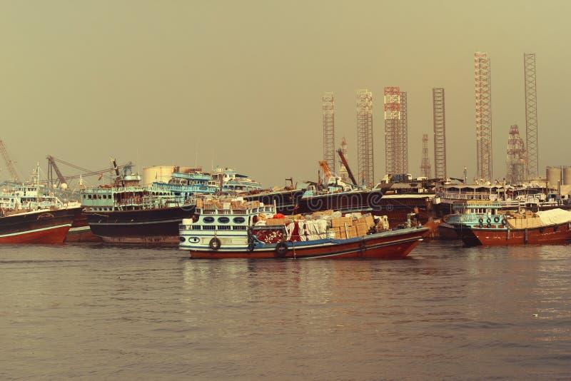 2017年6月21日的DUBAI-UNITED阿拉伯酋长管辖区 许多商业捕鱼业小船在海 图库摄影