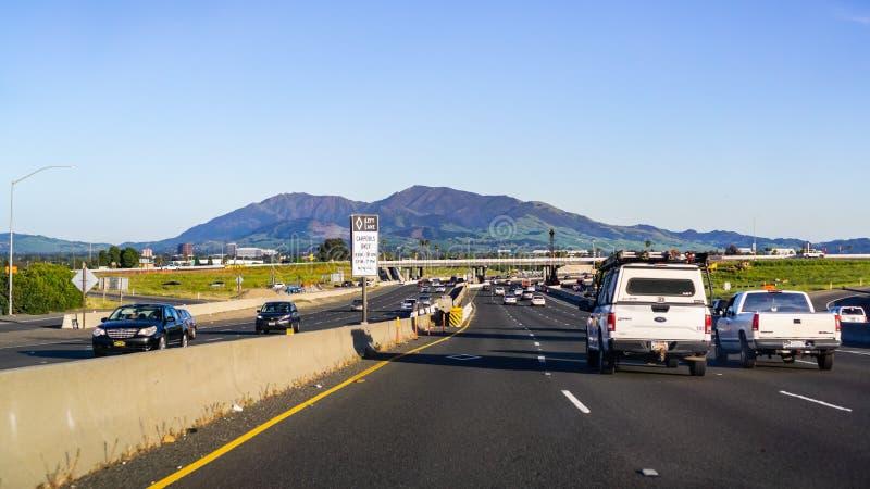 2019 4月22日,一致/加州/美国-驾驶在高速公路在东部旧金山湾区;Mt蝙蝠鱼在背景中 库存图片