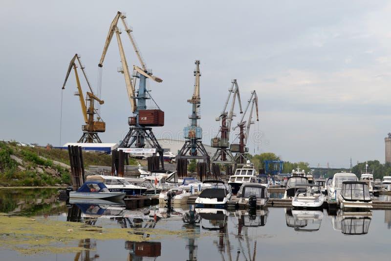 2015年8月16日,翼果,俄罗斯:小船、游艇和汽船的夏天停车处在河在城市 图库摄影